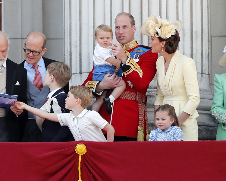 佐治王子顯得有點不耐煩。AP