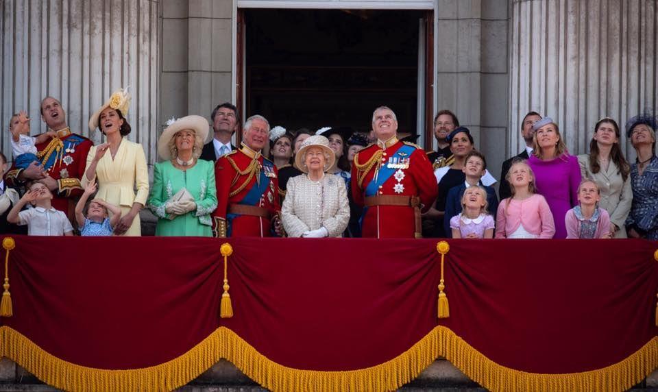 王室成員「大曬冷」齊齊在白金漢宮陽台上觀看空軍表演。Royal Family fb