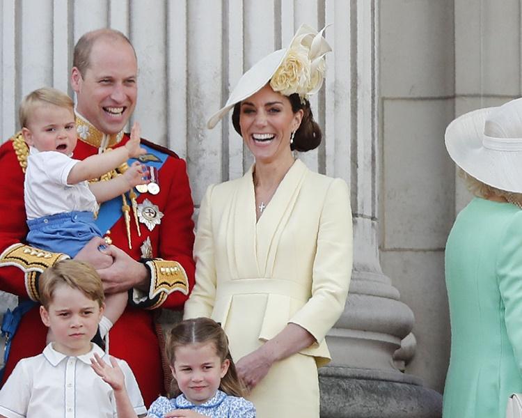 路易王子表現活潑不停揮手。AP