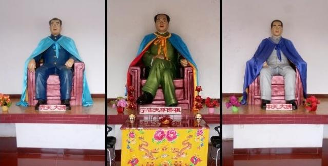 毛澤東塑像在中間,左右兩側是周恩來和朱德。