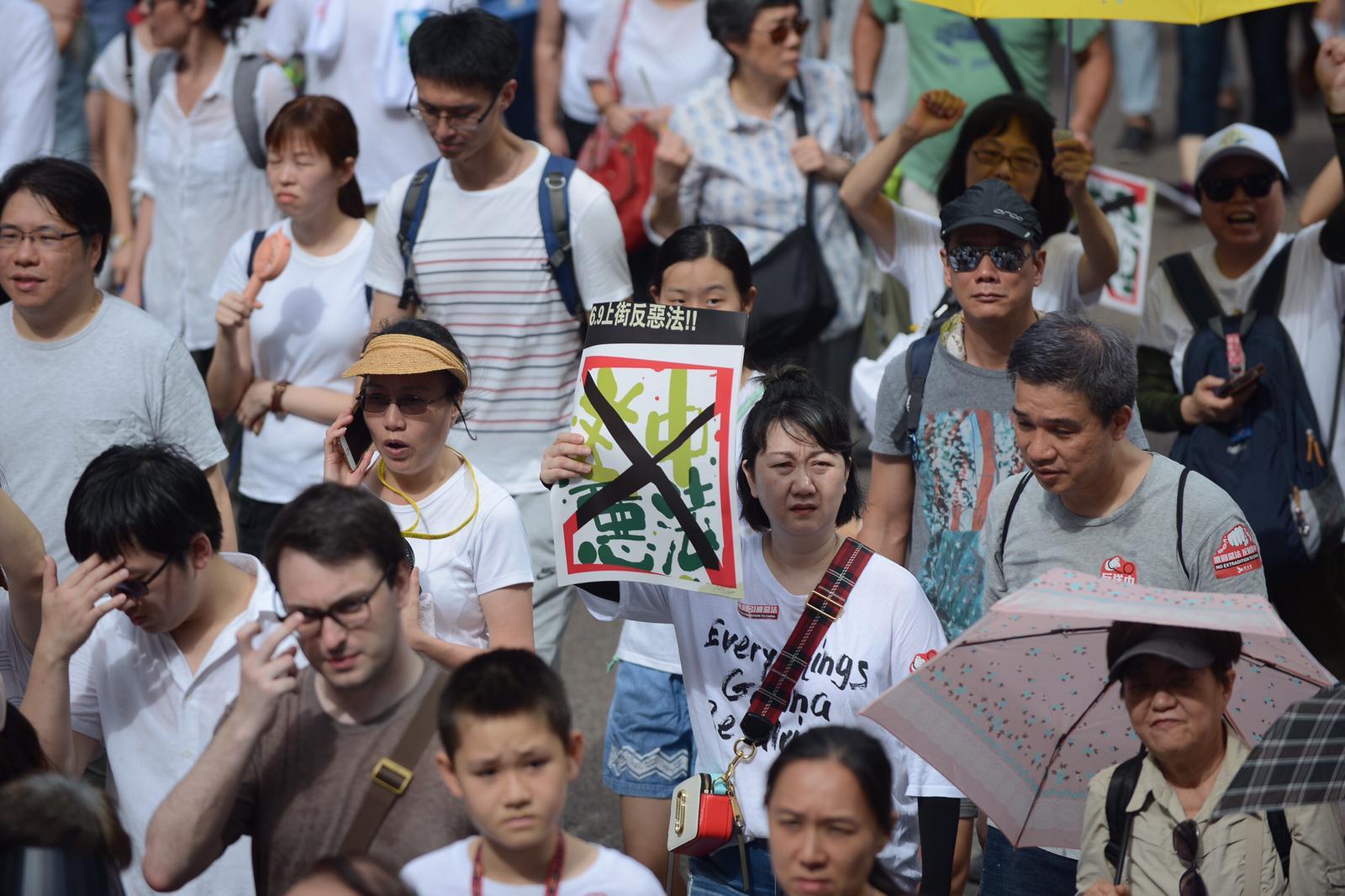 市民響應大會呼籲穿上白衣。
