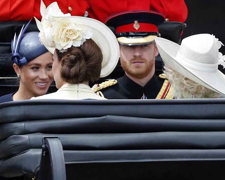 哈里夫婦與凱特和卡米拉登上同一輛馬車。AP