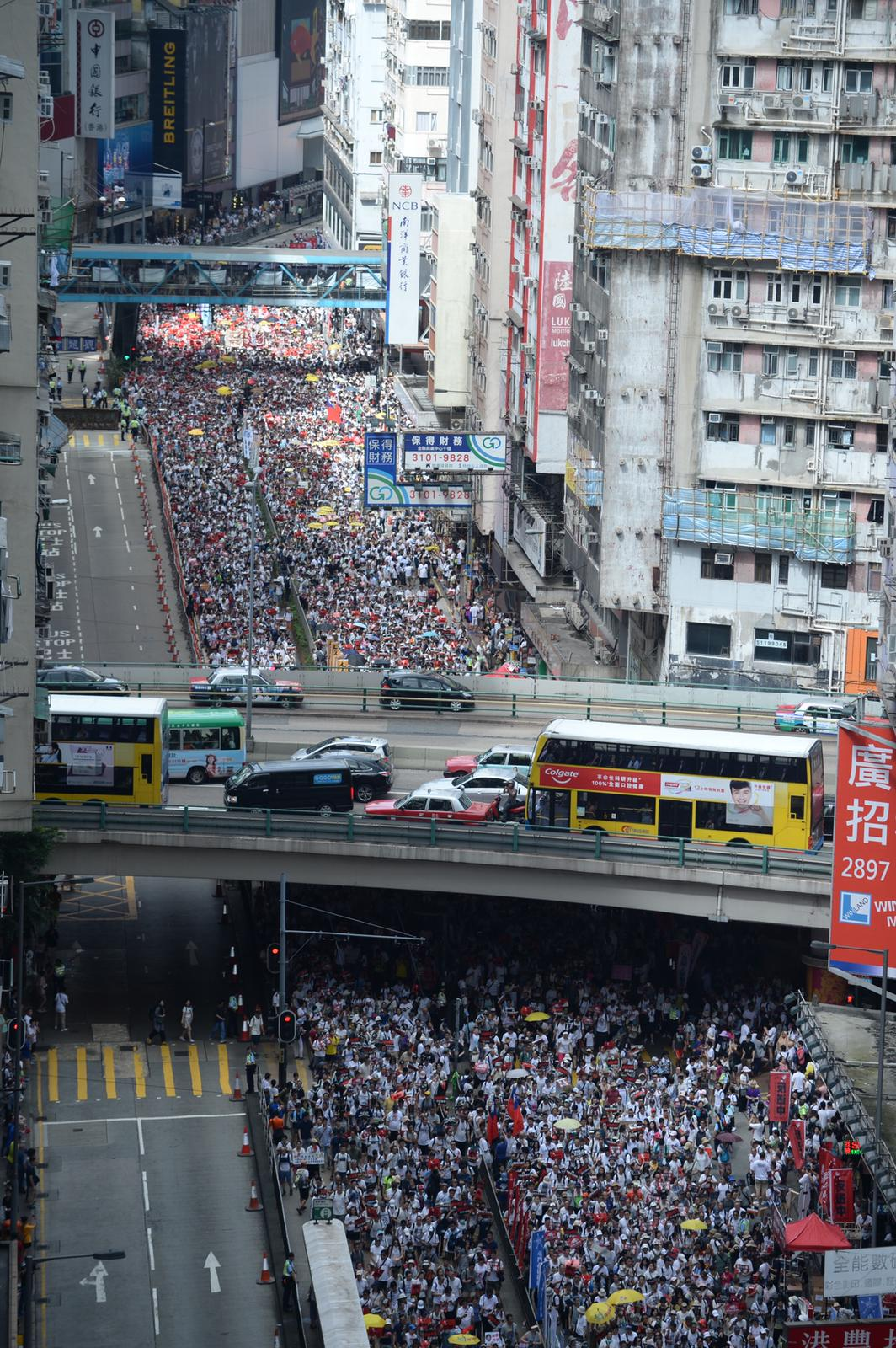 在銅鑼灣鵝頸橋一帶街頭,站滿準備加入遊行的市民。