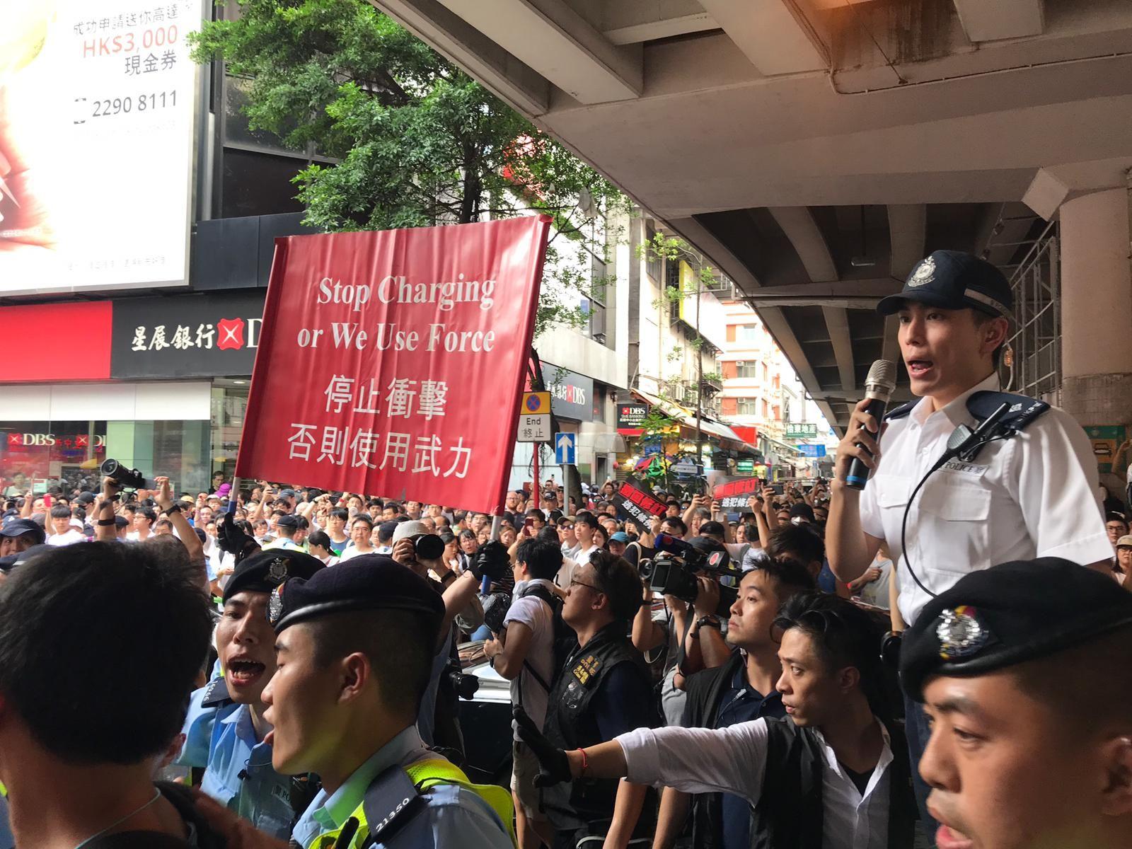 警方曾一度高舉紅旗警告示威者