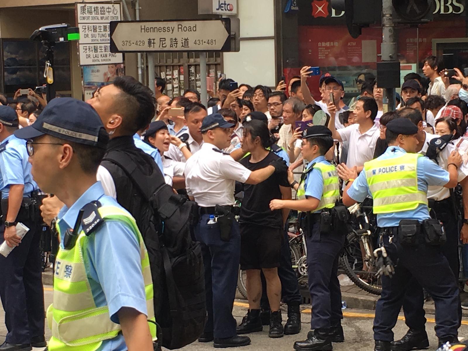 有示威者由於衝出東行線行車路,被警方拘捕。