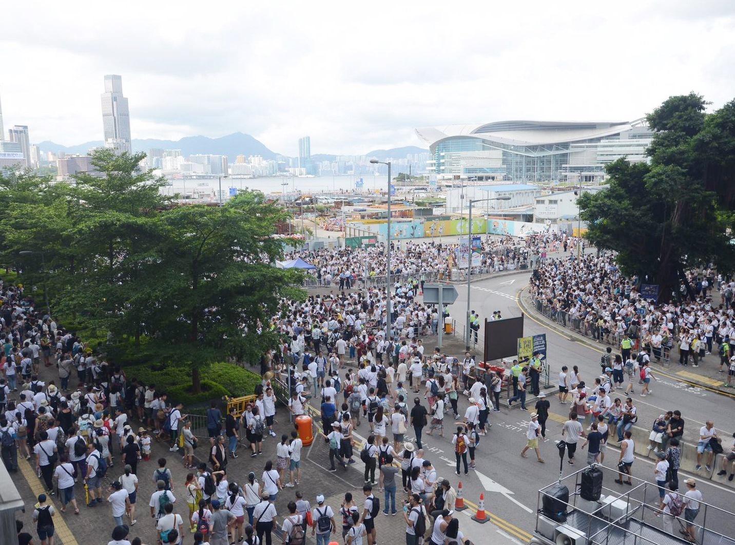 遊行人士聚集在立法會外。