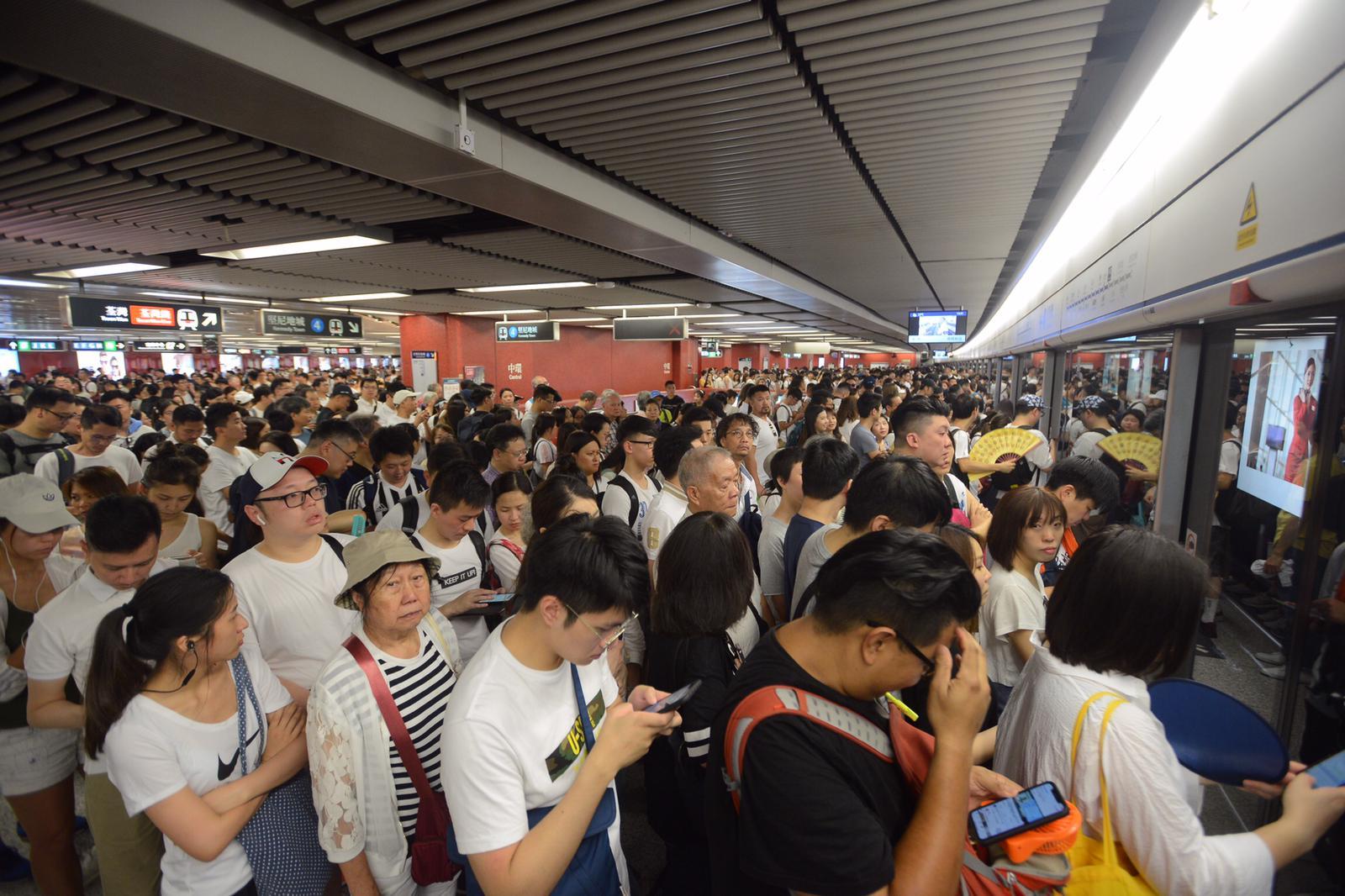 多個港鐡站都擠滿人,準備參加遊行的市民改乘其他交通工具過海。