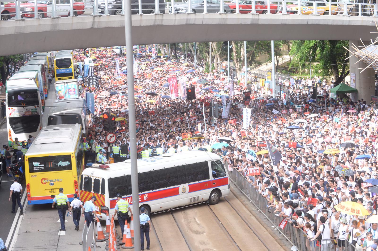 遊行路線擠滿人群。