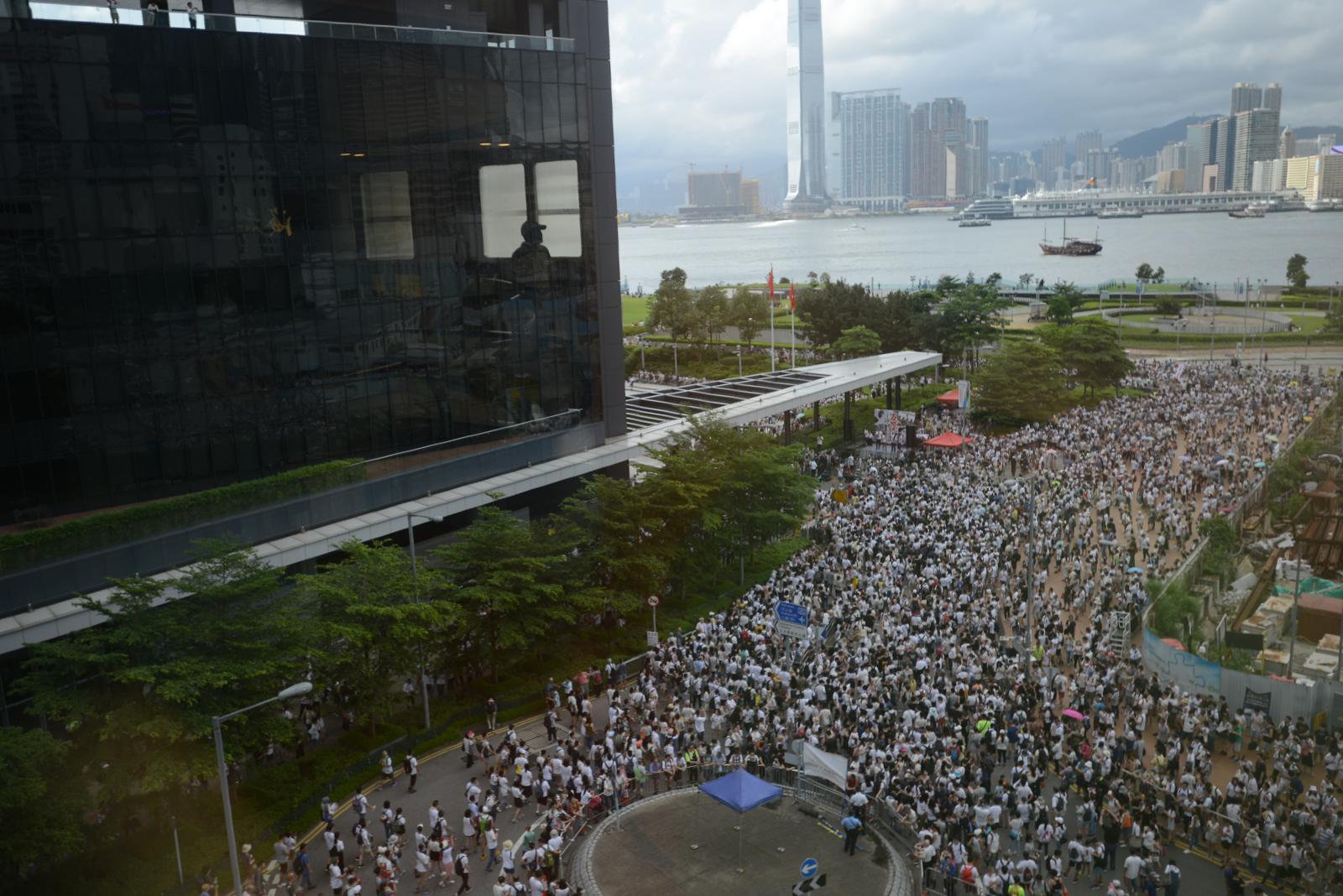 遊行人士在立法會外聚集。