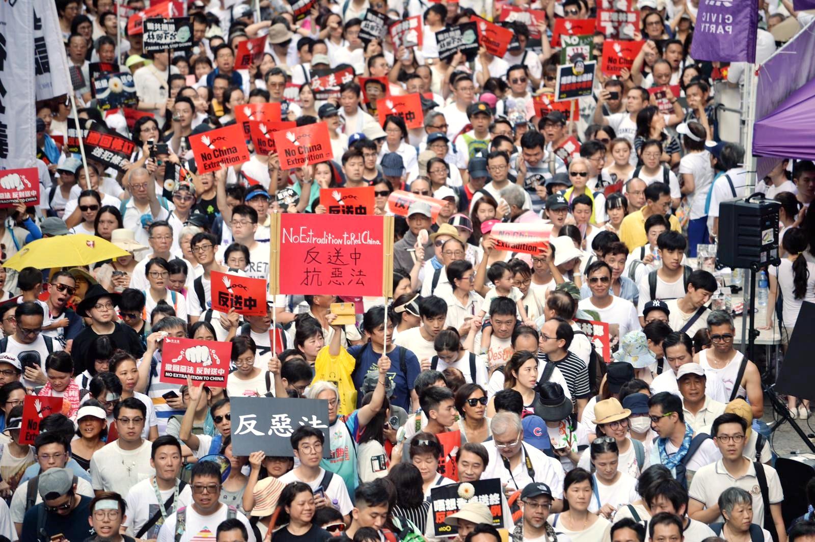 沿線擠滿請願市民。