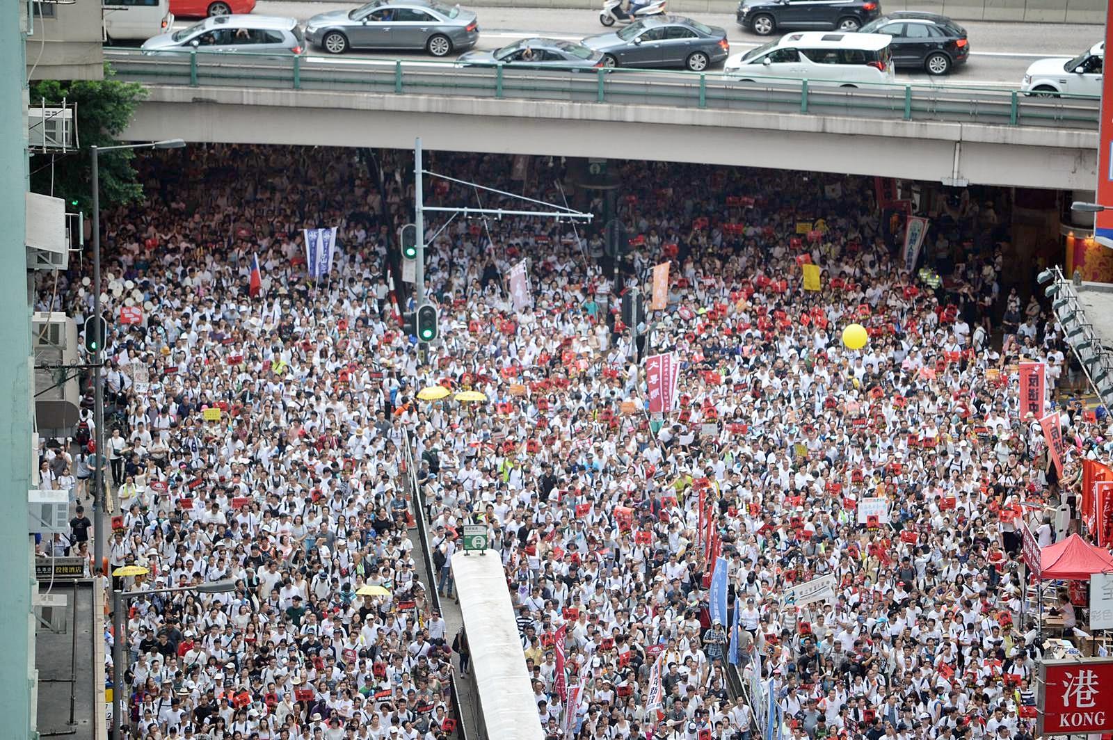 大批市民上街反對逃犯條例修訂。