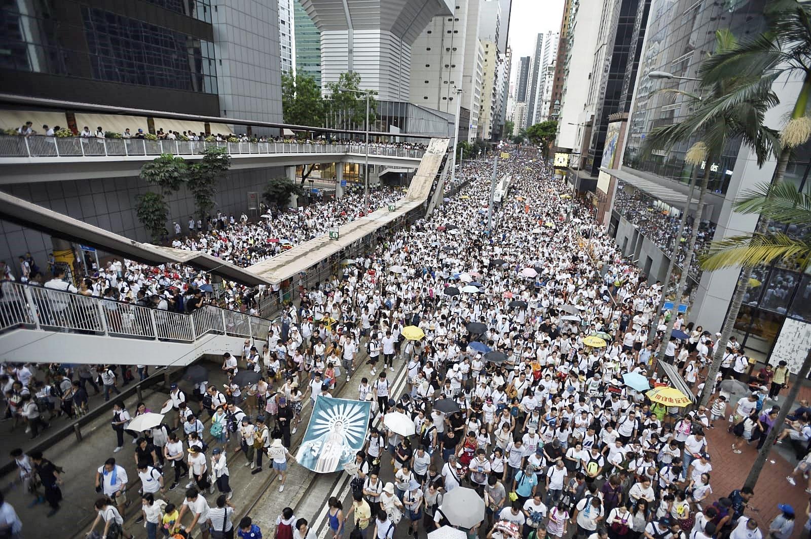 人群淹沒整條馬路。