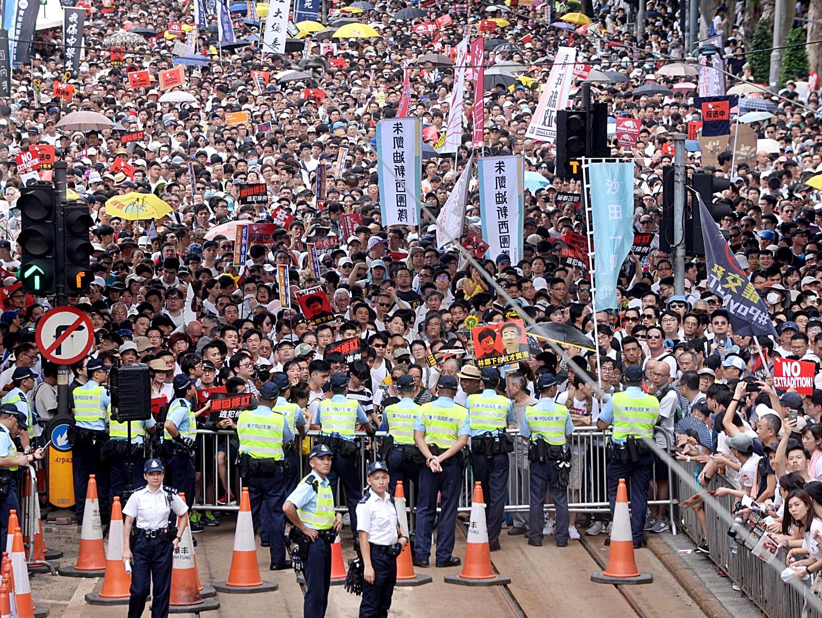 警方拒全放馬路給請願人士。