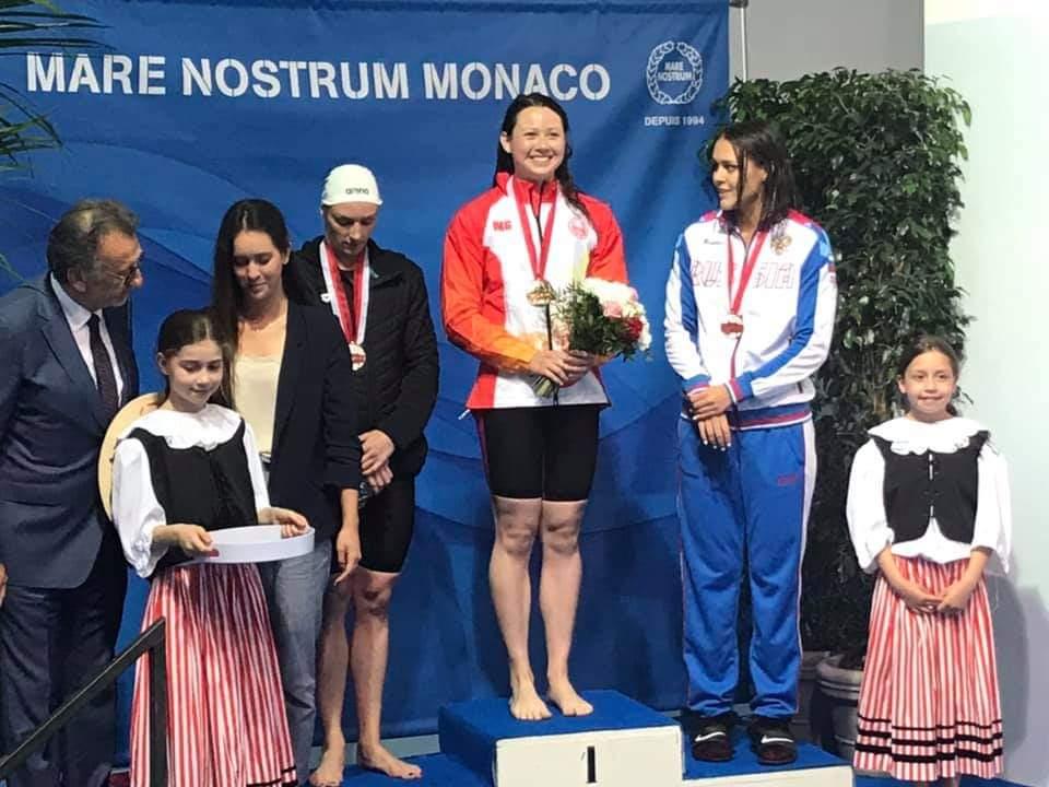 何詩蓓(中)於女子200米自由泳決賽牙利名將賀絲素奪金。相片由港隊提供。