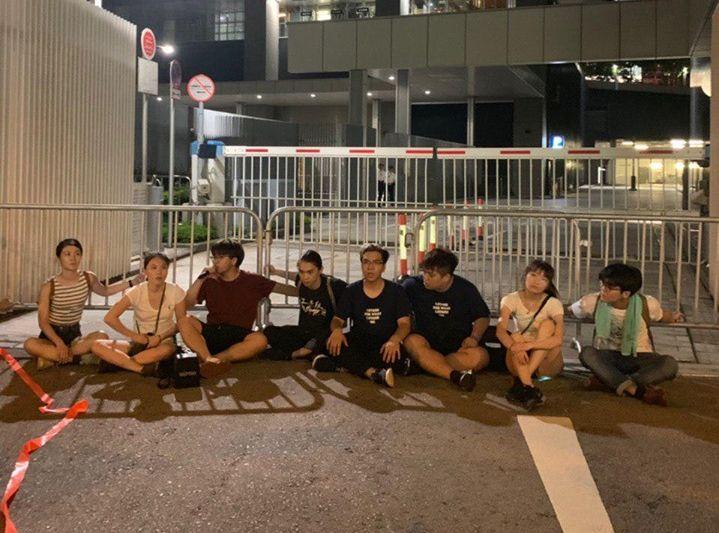 香港眾志成員在立法會停車場外靜坐。香港眾志FB圖片