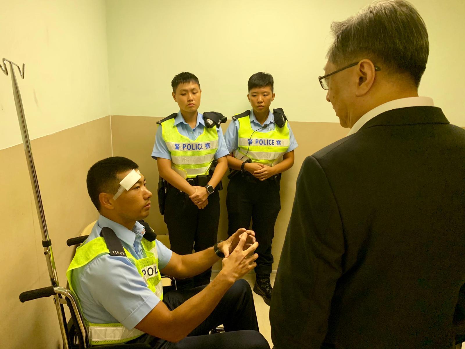 盧偉聰探望受傷警員。警方圖片