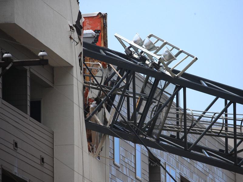 美國德州達拉斯有地盤天秤被強風吹倒,壓向對面一幢住宅大廈,造成1人死亡,5人受傷。AP