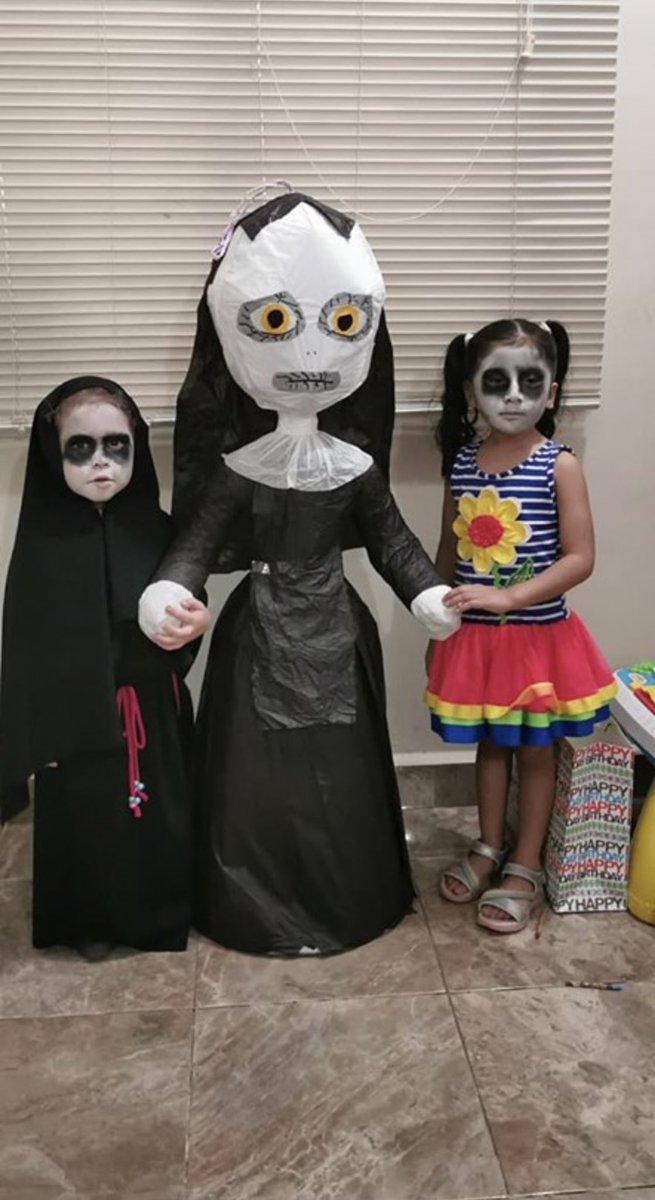 露絲亞與朋友化上黑臉妝,在合照時亦不露笑容。Andrea Twitter圖片