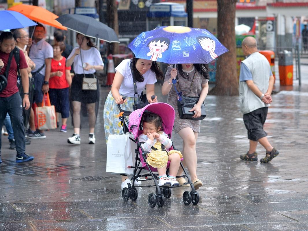 市民外出要留意天氣變化。資料圖片