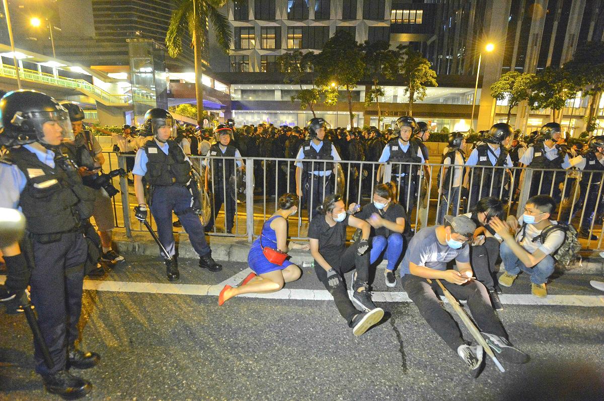 警方指12名被捕示威者已獲准保釋候查。