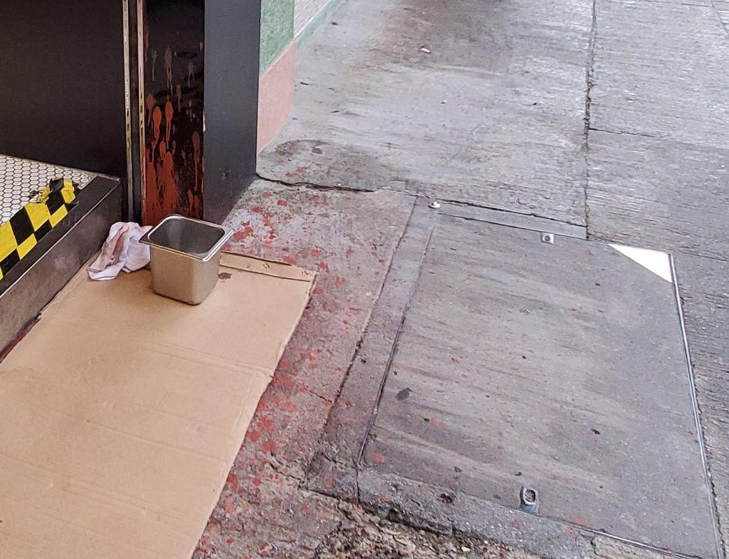 職員用紙皮將紅油遮蓋。林思明攝