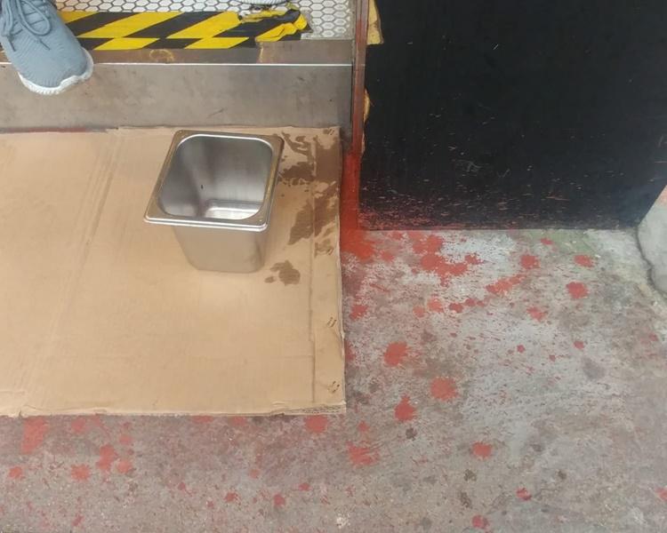 餅台大門被人淋紅油。蕭愷智攝