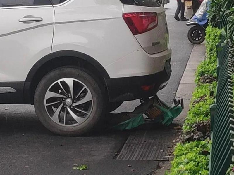 一輛私家車懷疑因司機下車時未有拉上手制,導致車子溜後將一架嬰兒車撞倒碾壓。 網上圖片
