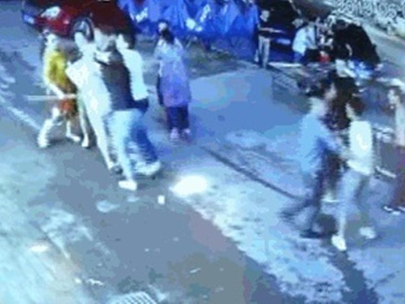 雙方起衝突,其後一班人開始衝了上來。 網上圖片