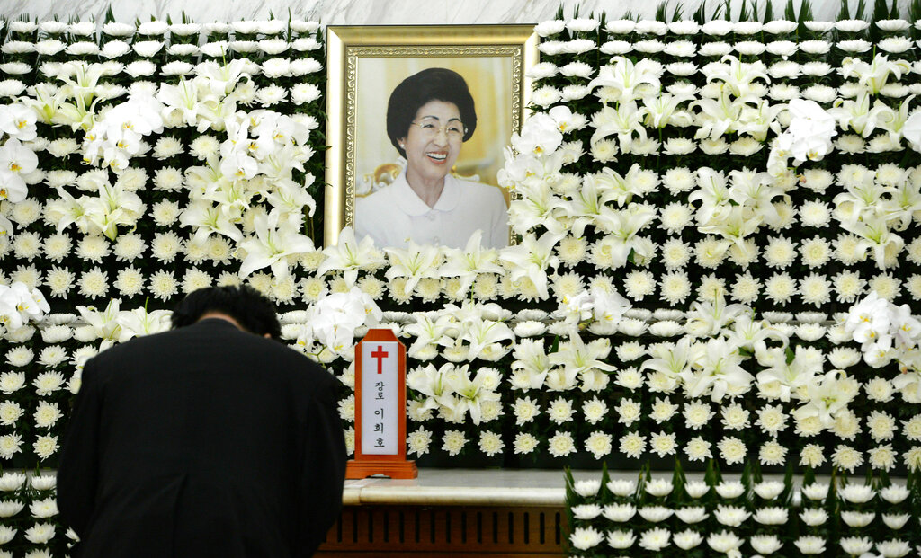 南韩已故总统金大中的遗孀、女权活跃分子李姬镐周一因肝癌逝世,享年96岁。 图片