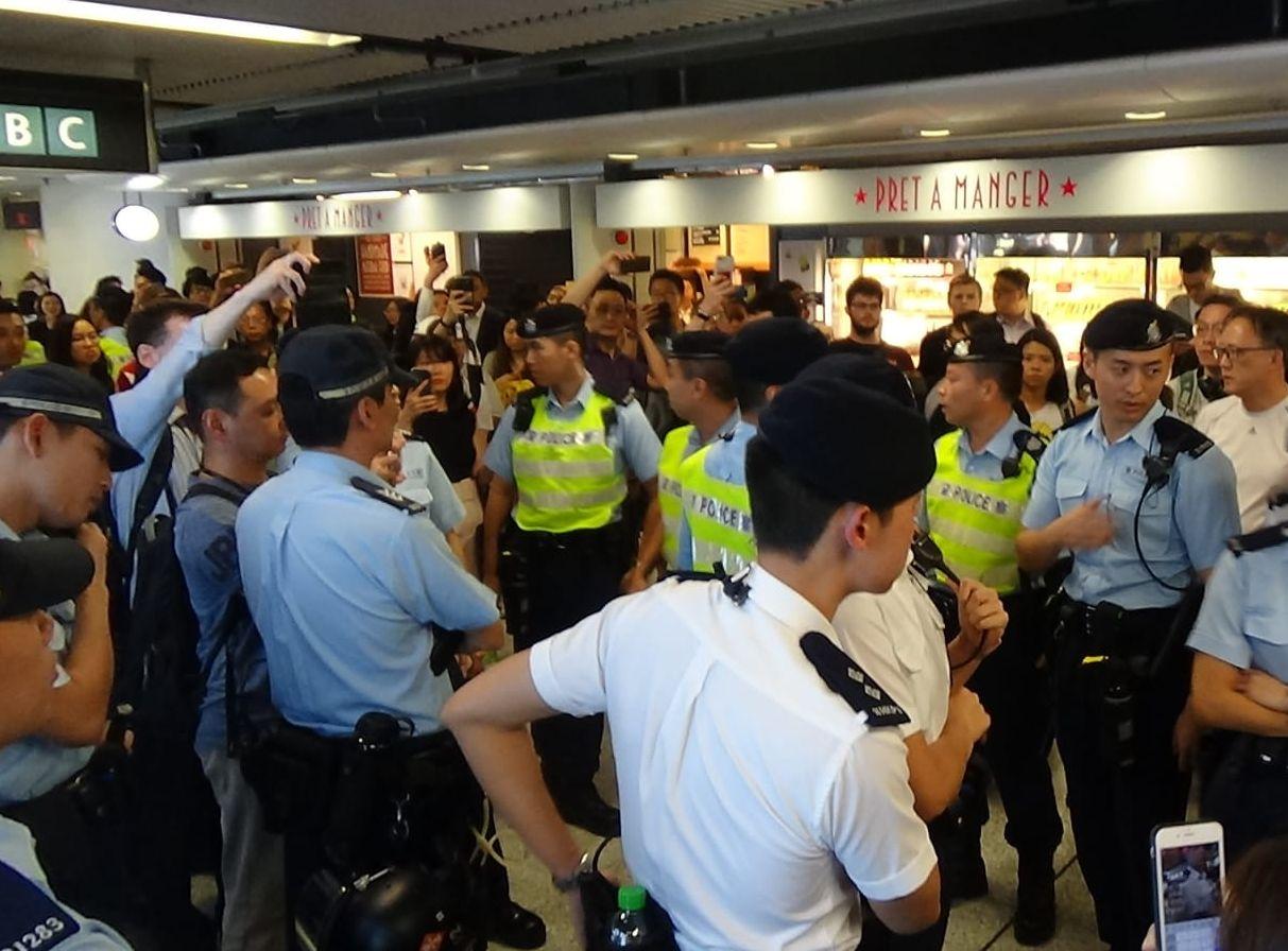 警方在金鐘站等港鐵站內截查部分市民。