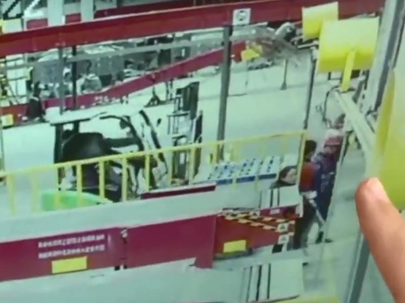 山東一名操作堆高機的司機,卸貨時和同事嬉鬧,導致撞死另一名正在卸貨的同事。 網上圖片
