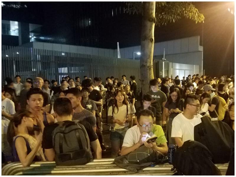 【逃犯條例】民陣發起通宵留守 立法會現場有約300人