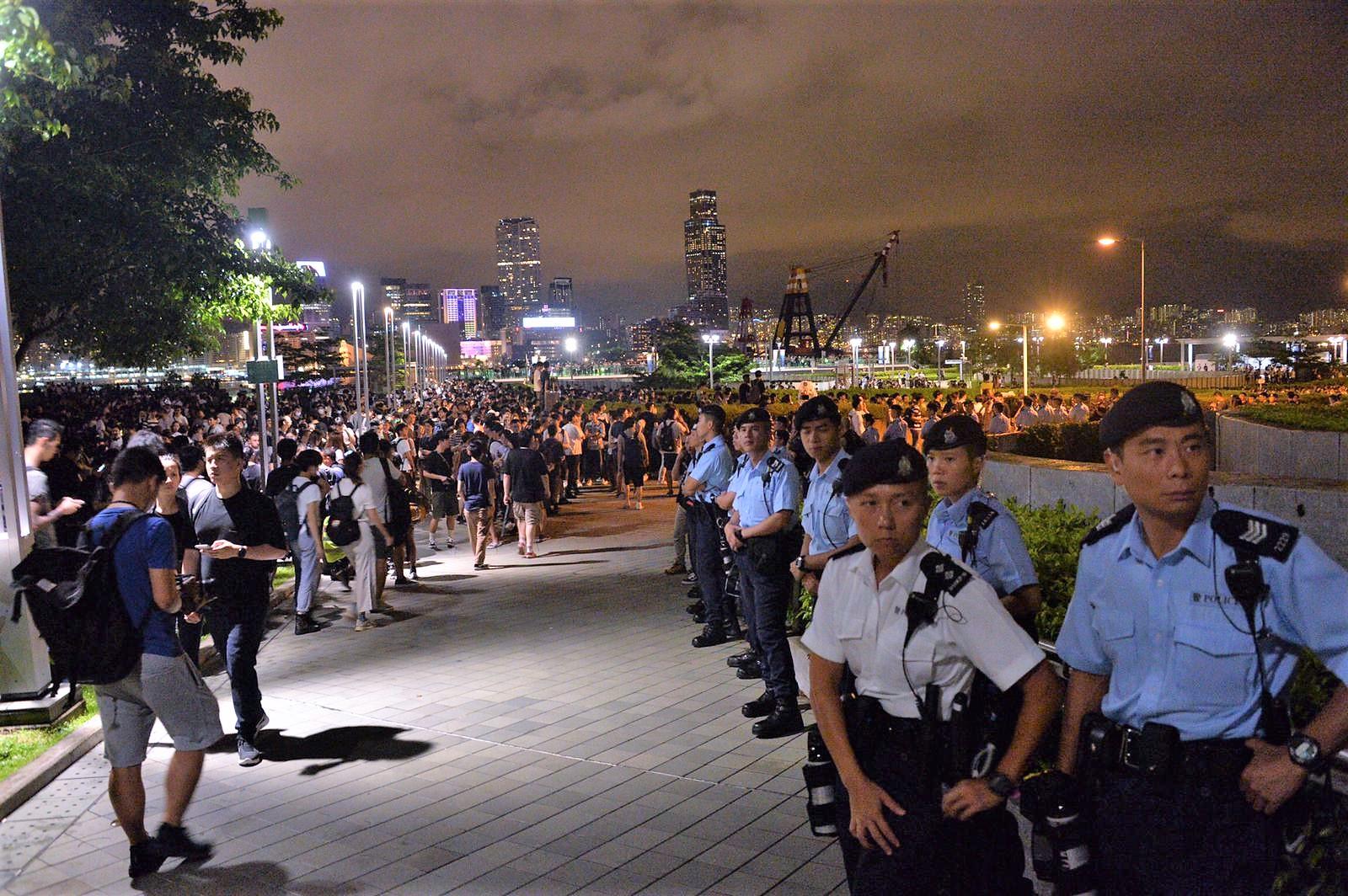 警員在添馬公園戒備。