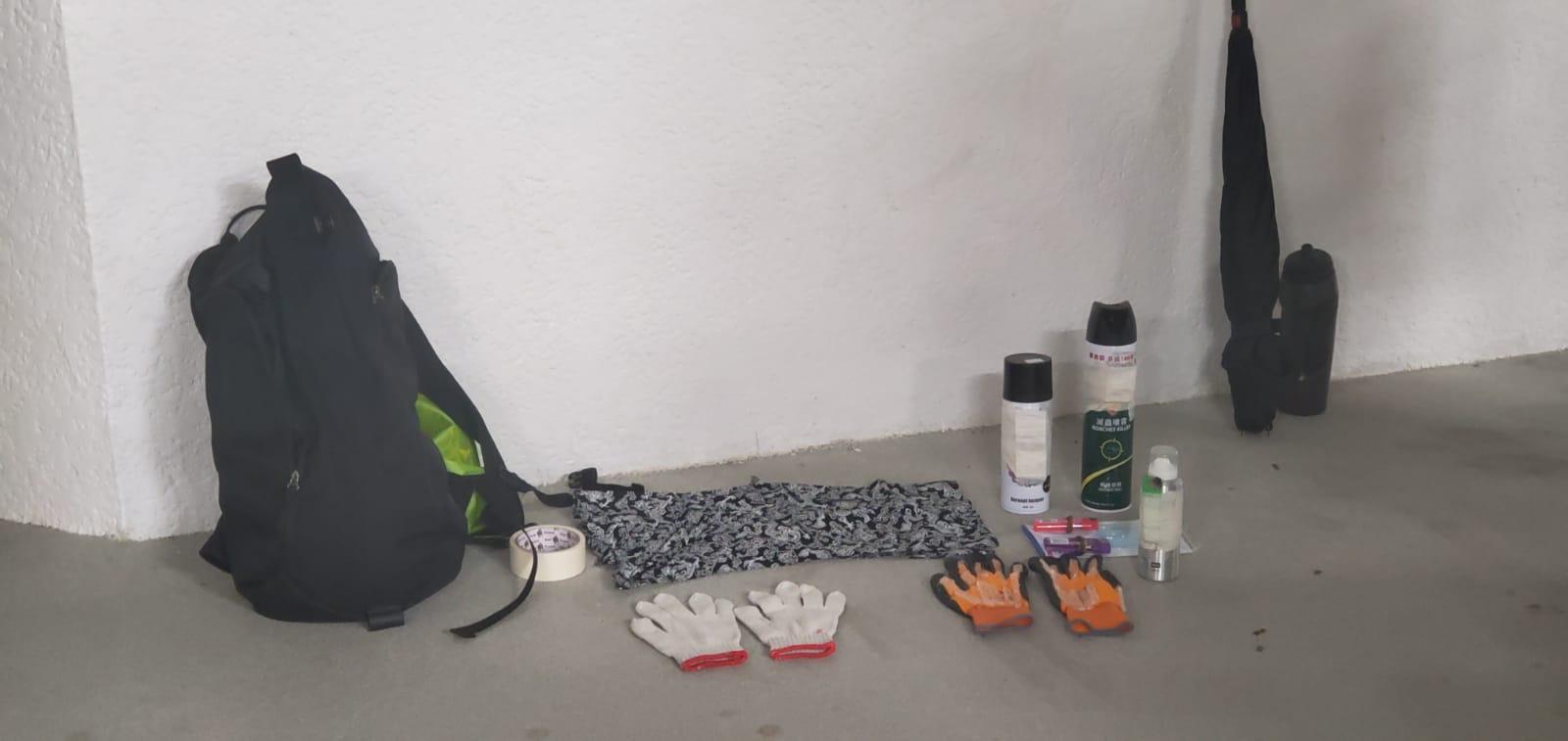 警方在青年的背囊找到勞工手套、殺蟲水及噴漆火機等。