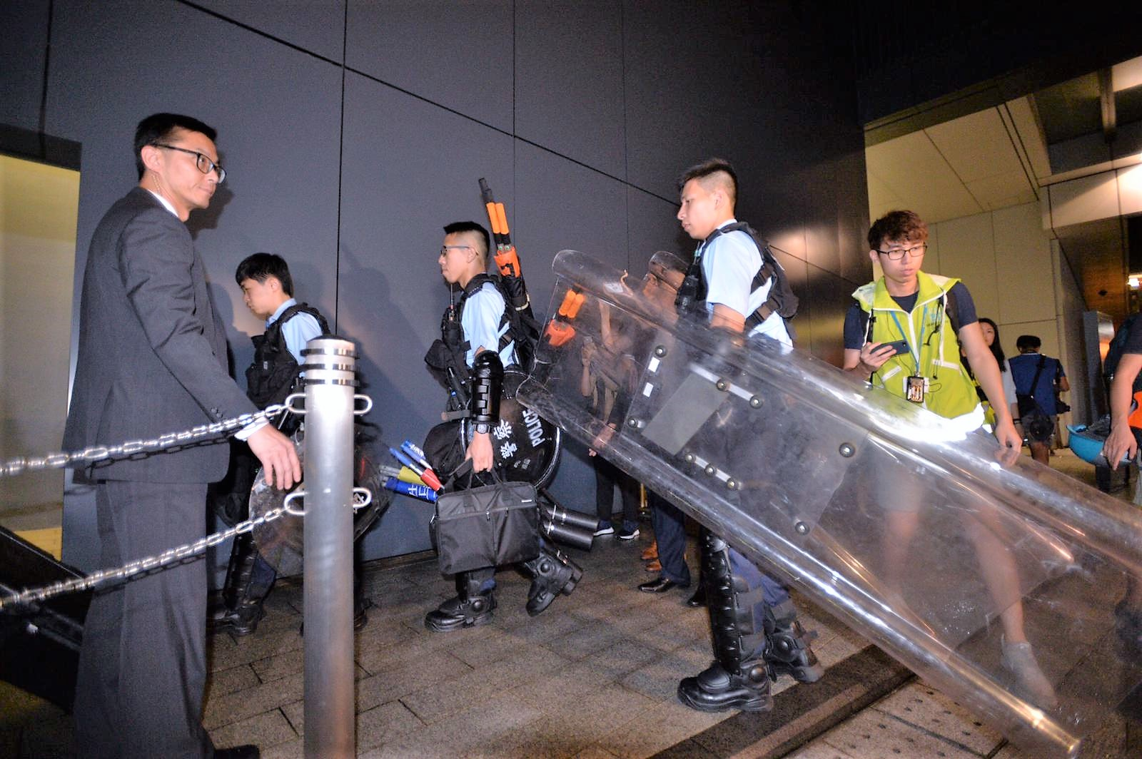 警員帶同裝備進入立法會大樓駐守。