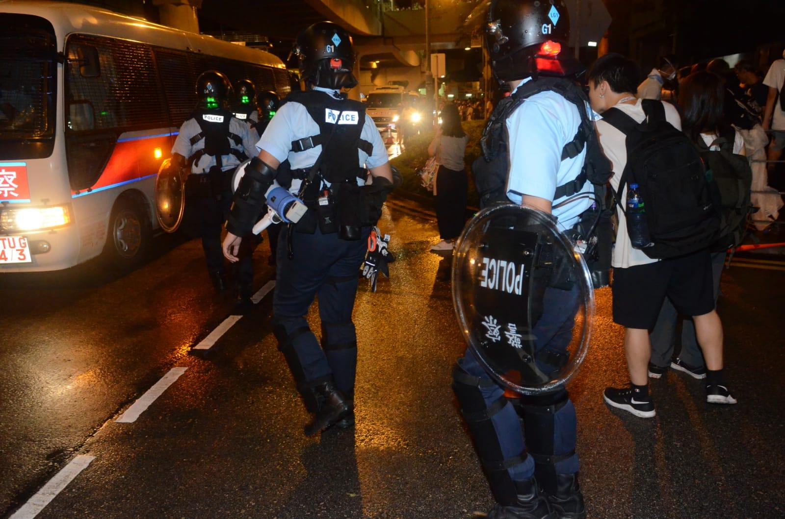 【逃犯條例】示威者衝出龍和道夏慤道 架鐵馬陣佔據東西行線