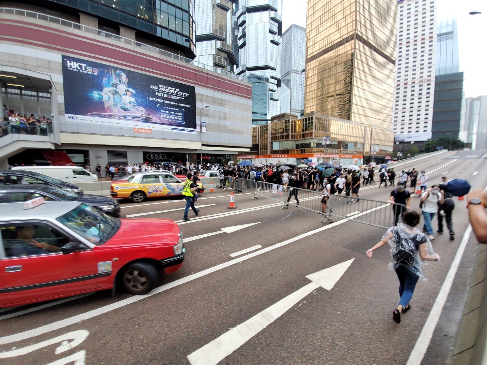 示威者衝出夏慤道。