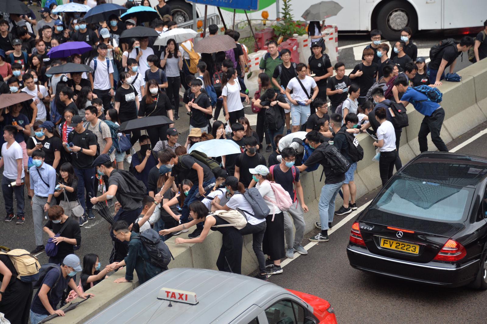 示威者佔據夏慤道。