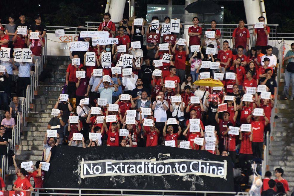 有逾百名市民舉起「反送中抗惡法」紙牌。