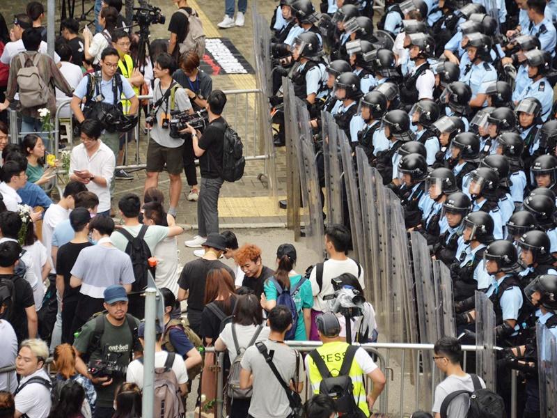 警方指衝路超出和平集會範圍。