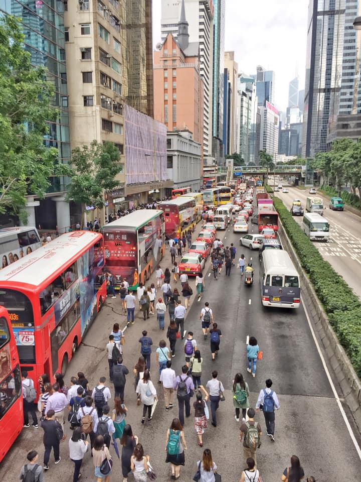 大批巿民告士打道落車徒步上班。 香港突發事故報料區FB/網民Jason Tang圖