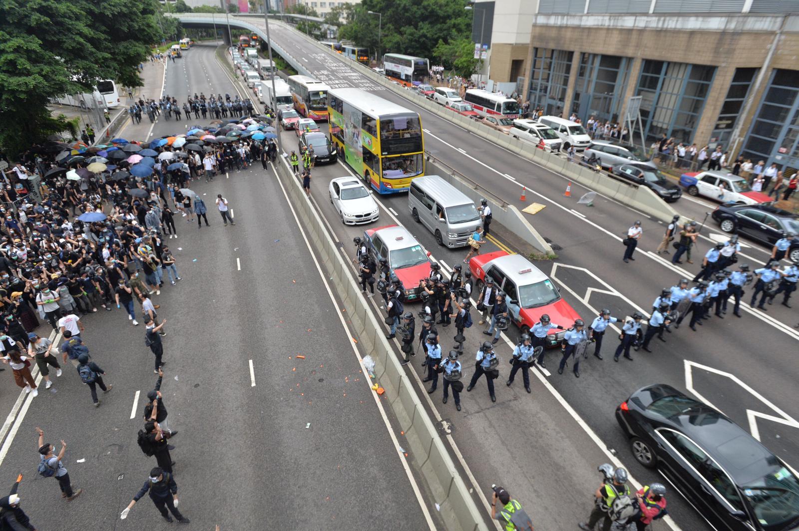 警方指或會以武力救出被包圍的車輛。