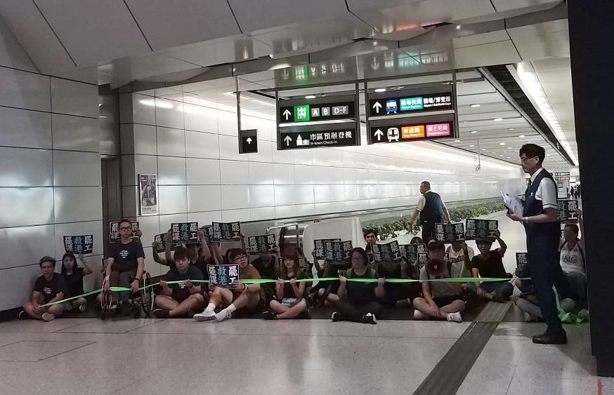 香港眾志多名成員堵塞香港站。