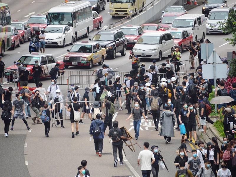 警方強烈譴責示威者衝出龍和道及夏慤道。