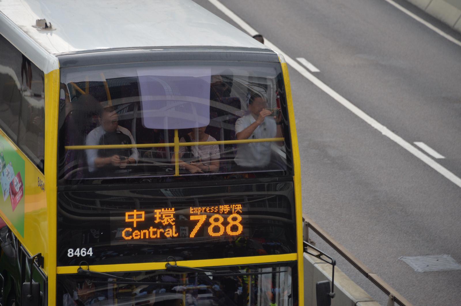 示威者佔據金鐘夏愨道東西行線,交通受阻。