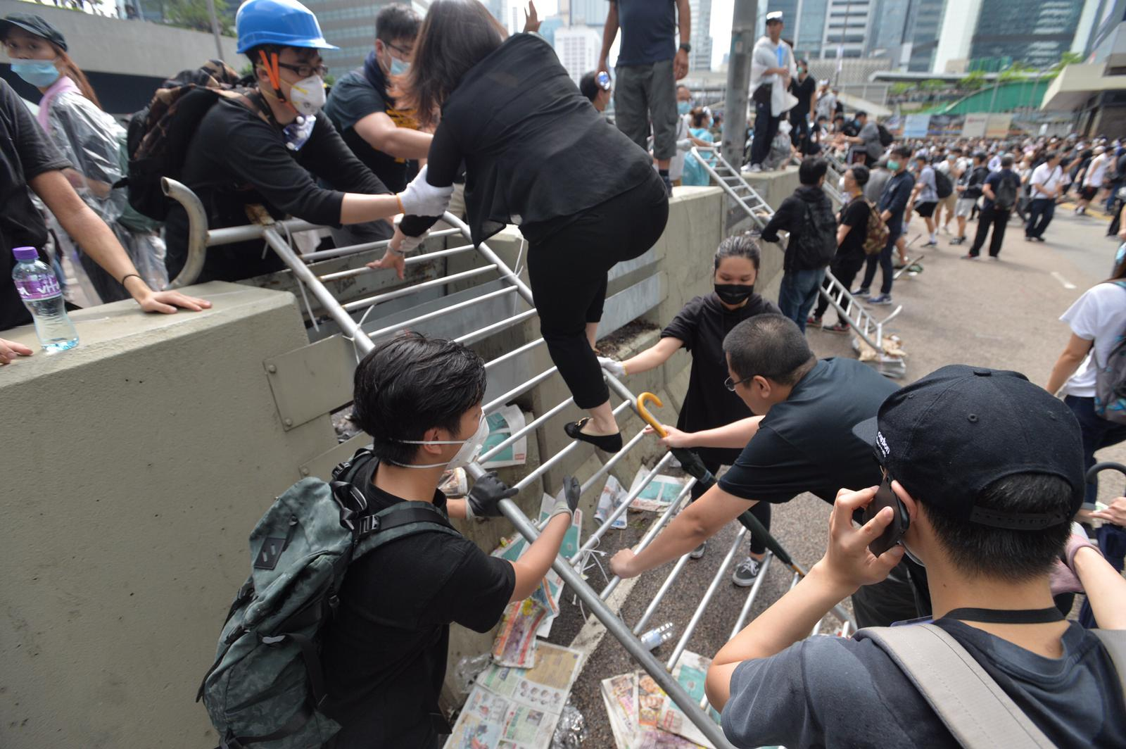 示威者佔據金鐘夏愨道東西行線。