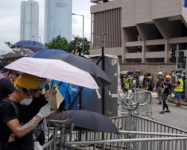 大批示威者在金鐘立法會外聚集佔據馬路