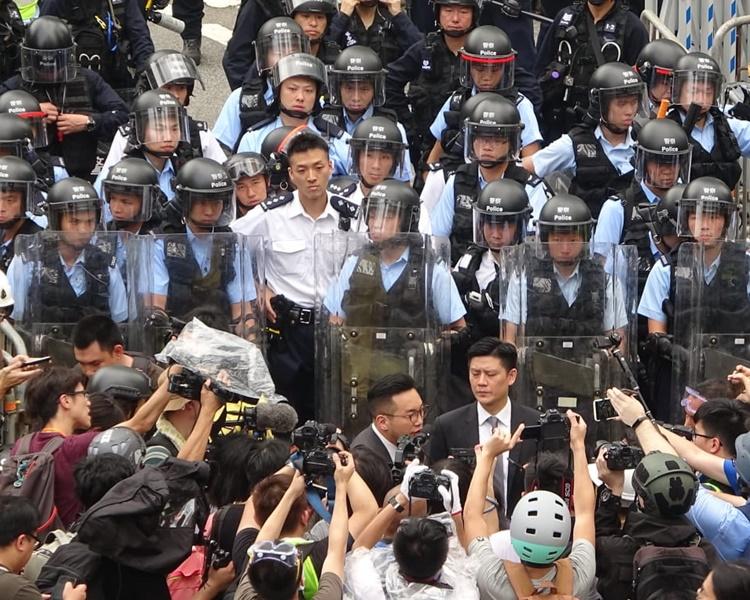 民主黨議員到場呼籲示威者冷靜。