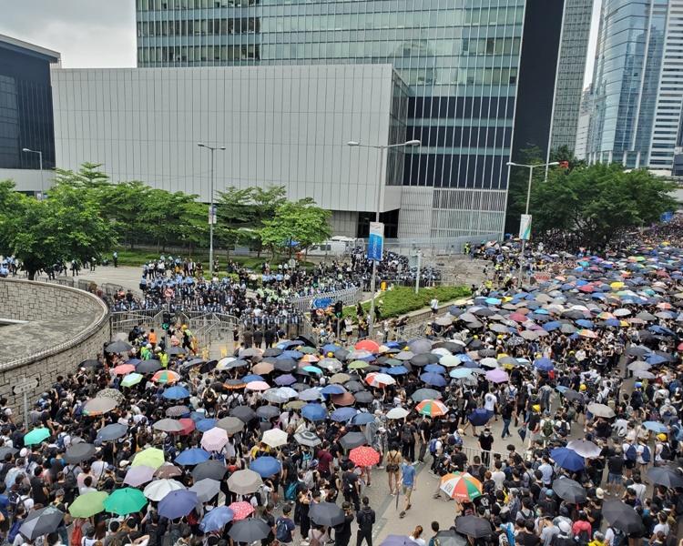 示威者再將陣線移前。梁國峰