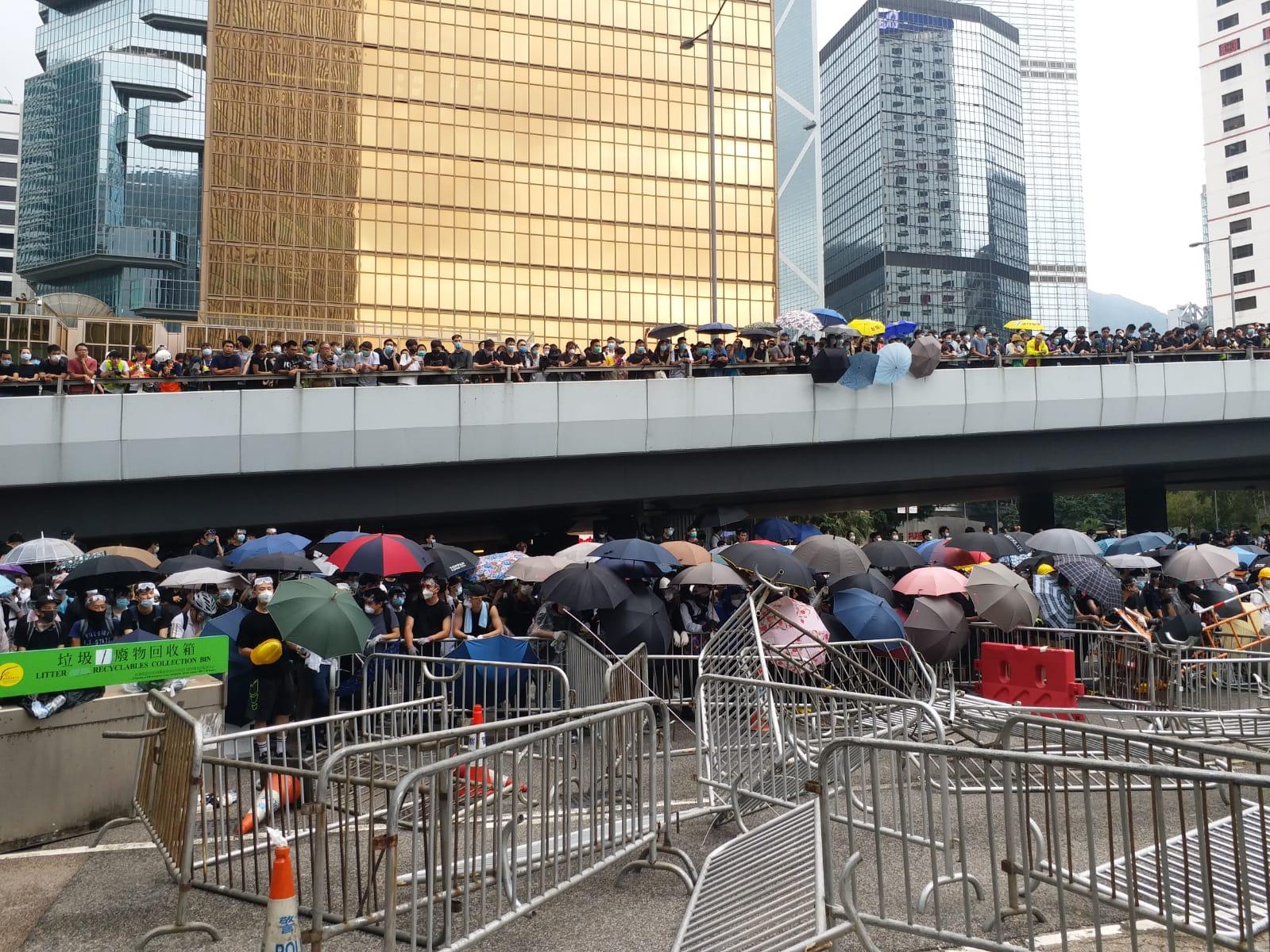 【逃犯條例】示威者推前防線向政總扔雜物 警兩度施胡椒噴霧
